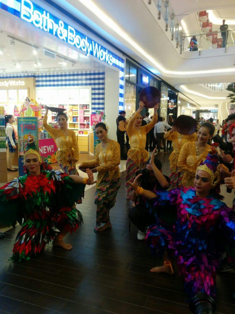 05_mall_dancing