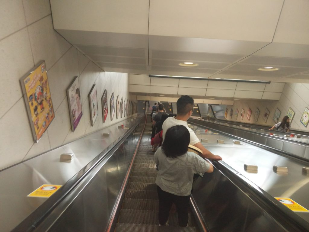 23_polite_escalator